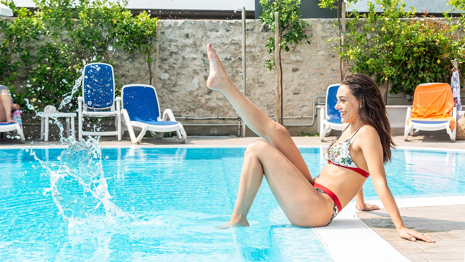Ragazza che si diverte in piscina al Garda Suite Hotel