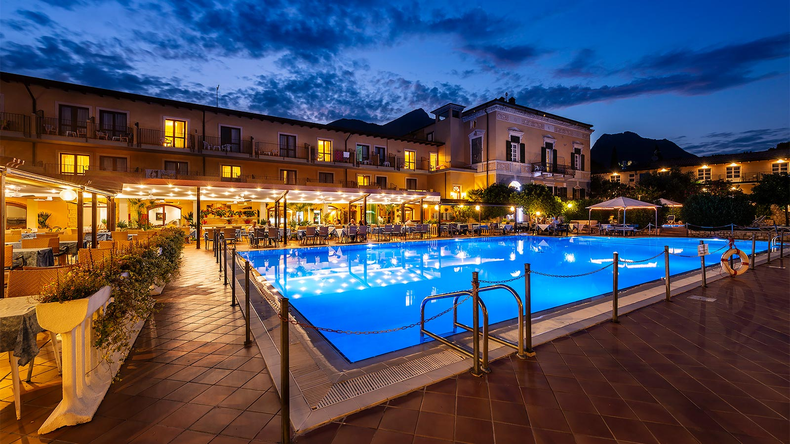 Hotel Antico Monastero at night