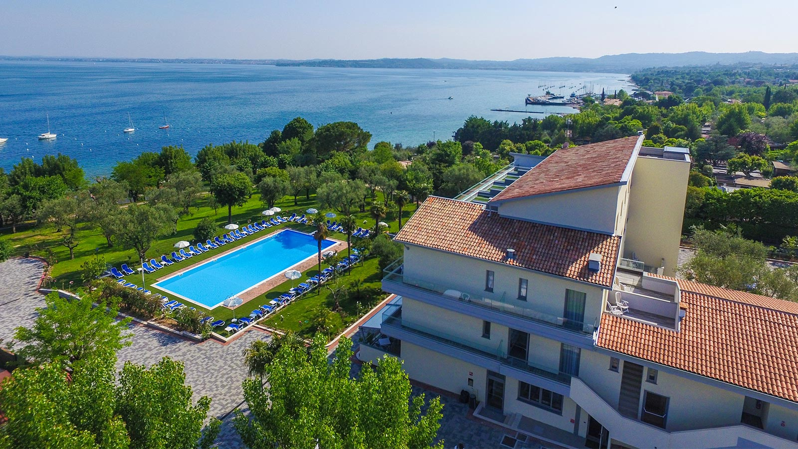 Beautiful picture of the Hotel Paradiso Suite and the Garda's shore